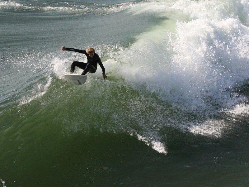 Зимний сёрфинг: экстремалы ловили волну на Русском острове