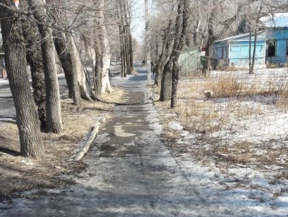 Более полугода не хватило коммунальщикам, чтобы почистить один тротуар во Владивостоке