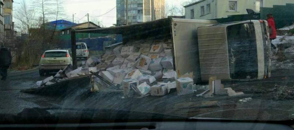 У кого-то на улице праздник: во Владивостоке перевернулся грузовик с водкой