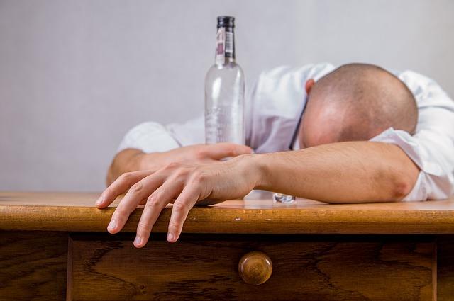 Во Владивостоке пьяный мужчина угнал машину, врезался в забор и уснул