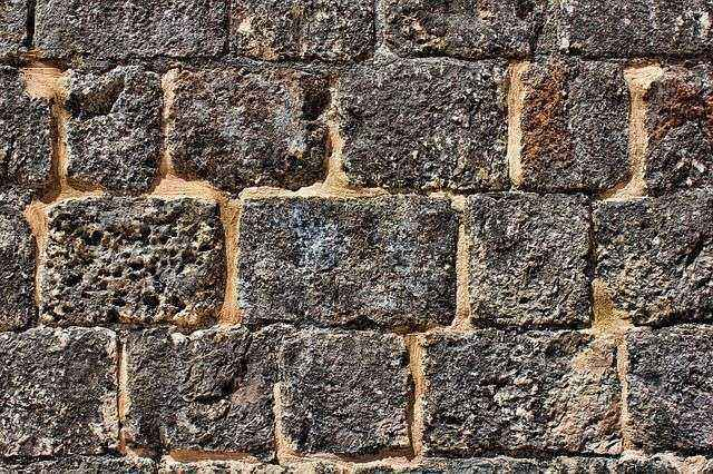 Иномарка, скатившись по гололёду, чуть не «слетела» с подпорной стены во Владивостоке
