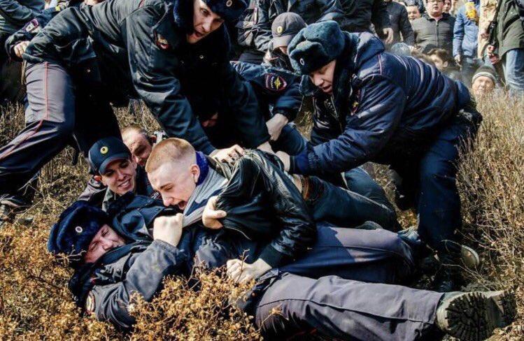Во Владивостоке на митинге оппозиции задержали несколько десятков человек