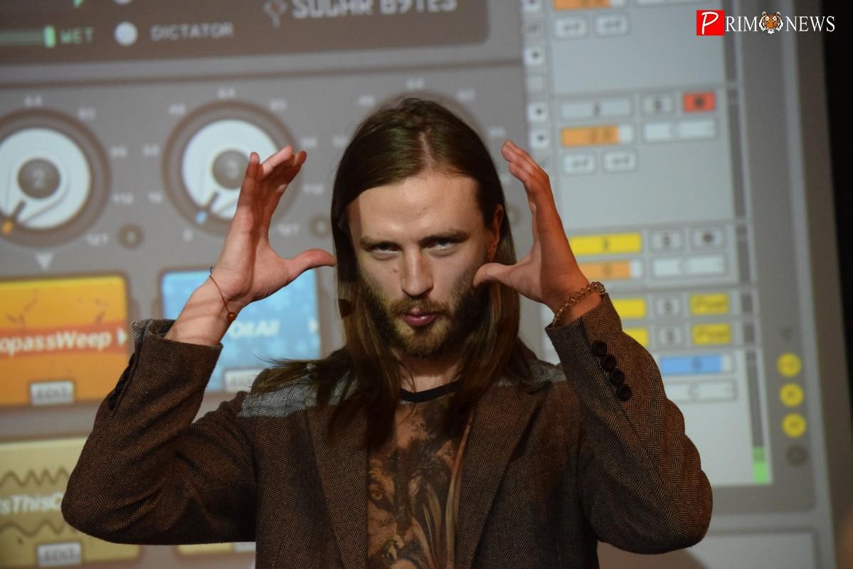От битбокса до музыкального эксперимента: в ДВФУ прошла лекция музыканта Мити Бурмистрова
