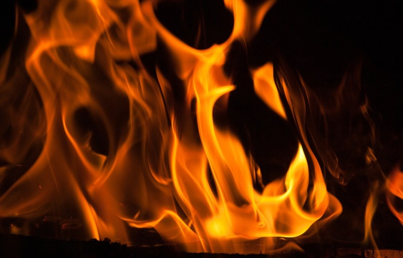 Во Владивостоке у автобусной остановки сгорел автомобиль