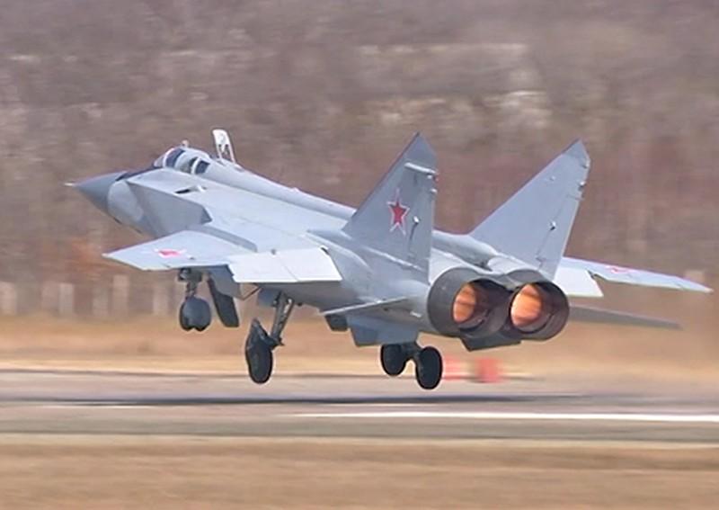В Приморье над заливом Петра Великого провели воздушные бои истребители-перехватчики МИГ-31БМ