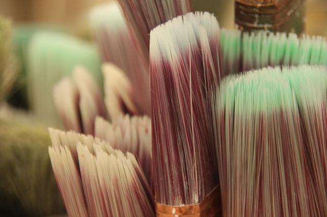 Японский художник показал приморцам, как писать картины красками из минералов