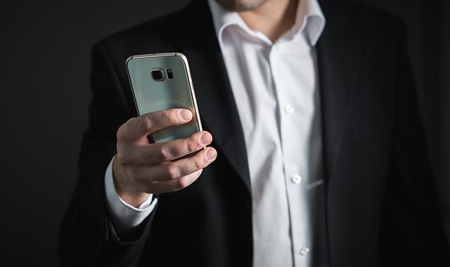 В Приморье у пассажира автобуса похитили дорогостоящий телефон прямо из рук
