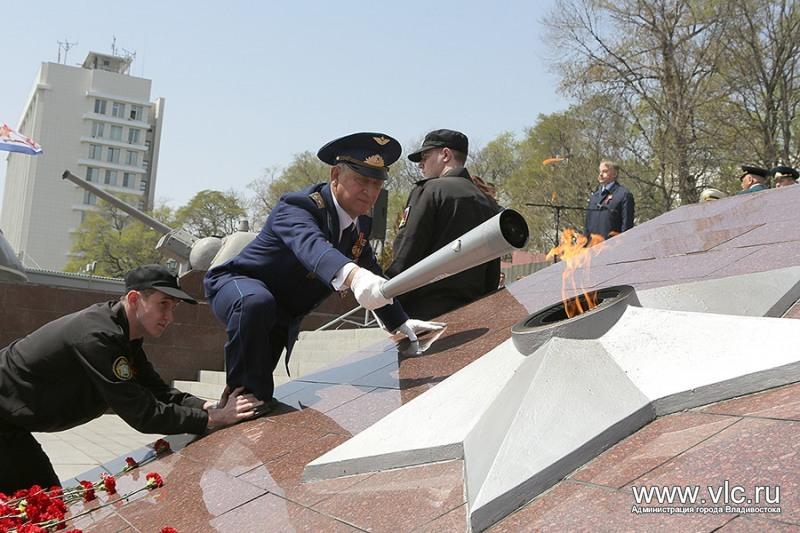 Частичку Вечного огня Владивостока отправили в Санкт-Петербург