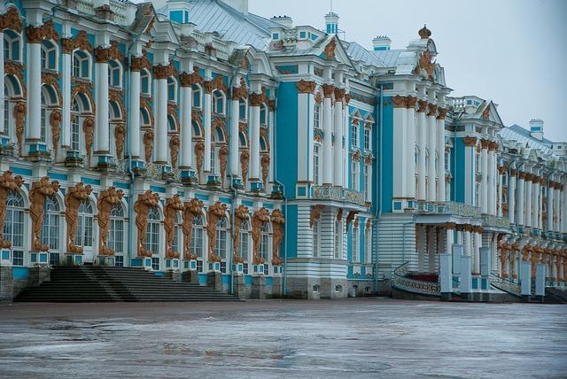 Пейзажи Санкт-Петербурга показали на выставке во Владивостоке