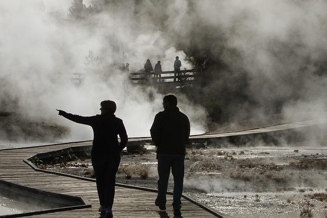 Во Владивостоке улицу затопило горячей водой
