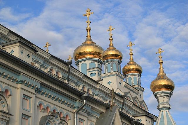 В Уссурийске православному храму вернули сорванный ветром крест