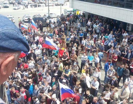Во Владивостоке казаки и участники антикоррупционной акции «отметили» День России вместе