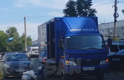 «Почта-баскетбол»: во Владивостоке удивительно небрежным образом разгружали посылки