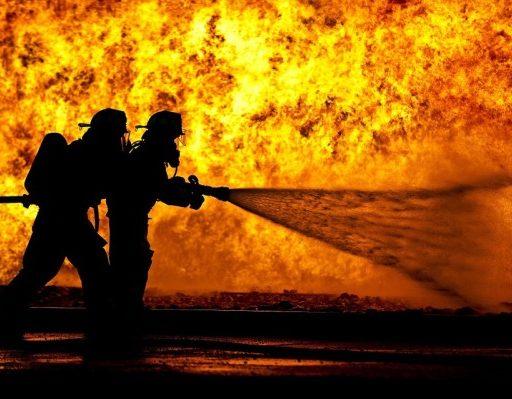 Во Владивостоке пожарные не смогли подъехать к дому с горящей квартирой из-за припаркованных авто