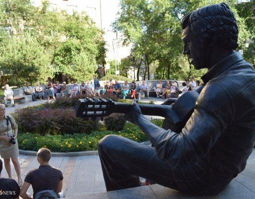 «От жизни никогда не устаю»: во Владивостоке прошёл концерт памяти Владимира Высоцкого