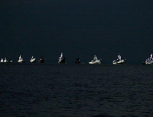 Корабли парадного строя в Амурском заливе Владивостока украсили иллюминацией