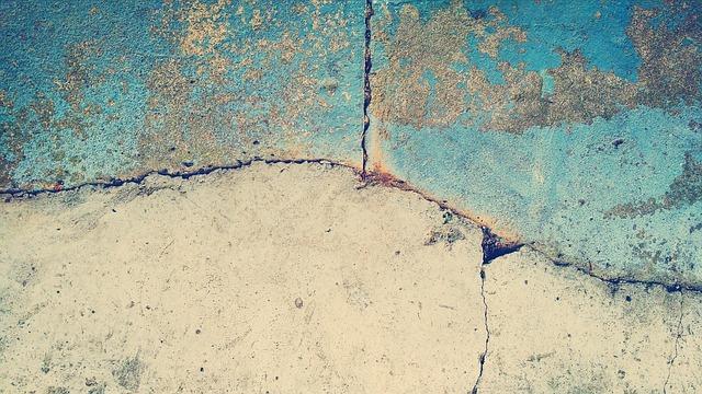 «Приморский водоканал» устранит трещины в фундаменте жилого дома во Владивостоке