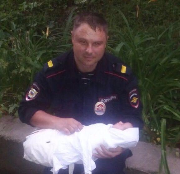 ВоВладивостоке вподъезде дома наполу обнаружили малыша