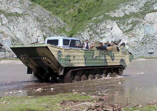 В Приморье чуть не утопили армейский плавающий транспортер