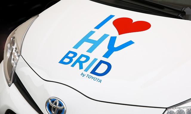 Во Владивостоке Toyota Prius загадочным образом перевернулся на крышу