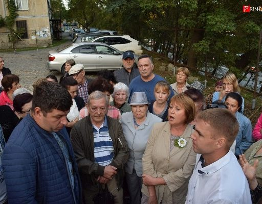 Обеспокоенные возможным строительством высотки жители Владивостока вышли на собрание