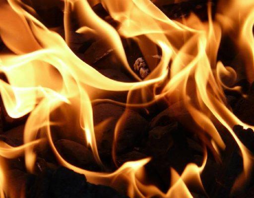 Во Владивостоке столкнулись два судна и произошёл пожар на буксире у нефтебазы