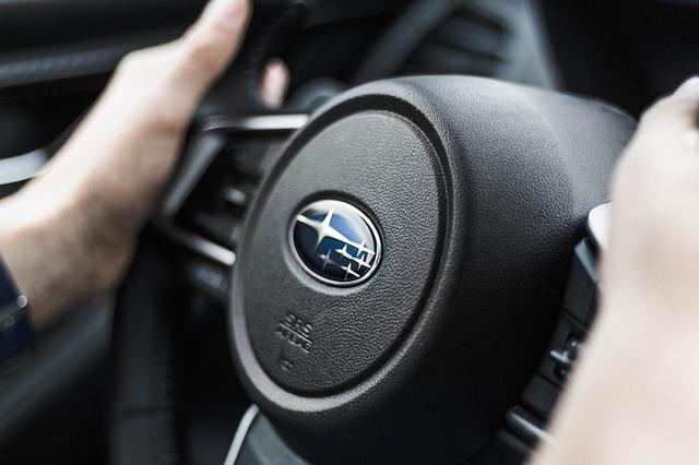 Во Владивостоке водитель быстрой Subaru Impreza разбил её об леера