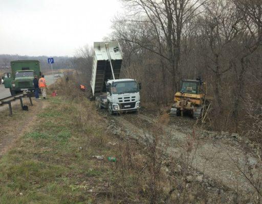 У провалившегося моста в Приморье проложили временную переправу