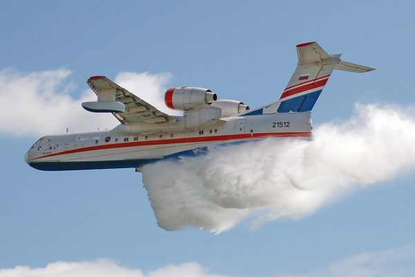Набор воды самолётом для тушения лесных пожаров впечатлил приморцев