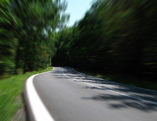 В Приморье на Партизанской трассе иномарка улетела в кювет и перевернулась