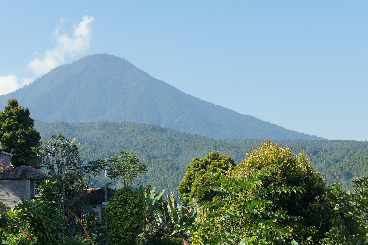 Туристы из Владивостока оказались в зоне извержения вулкана на острове Бали