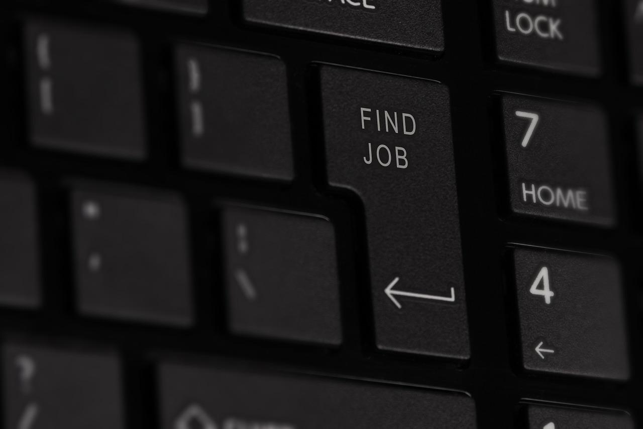 Официально: в Приморье 77 тысяч свободных вакансий. Но 53 тысячи человек активно ищут работу…