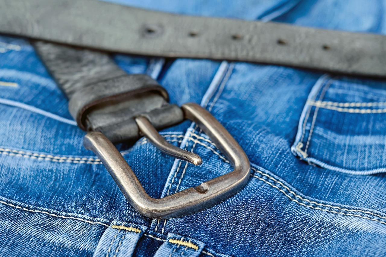 Сотни предметов одежды, которые собирала страдающая синдромом Плюшкина «баба Катя», выбросили в один из дворов Владивостока