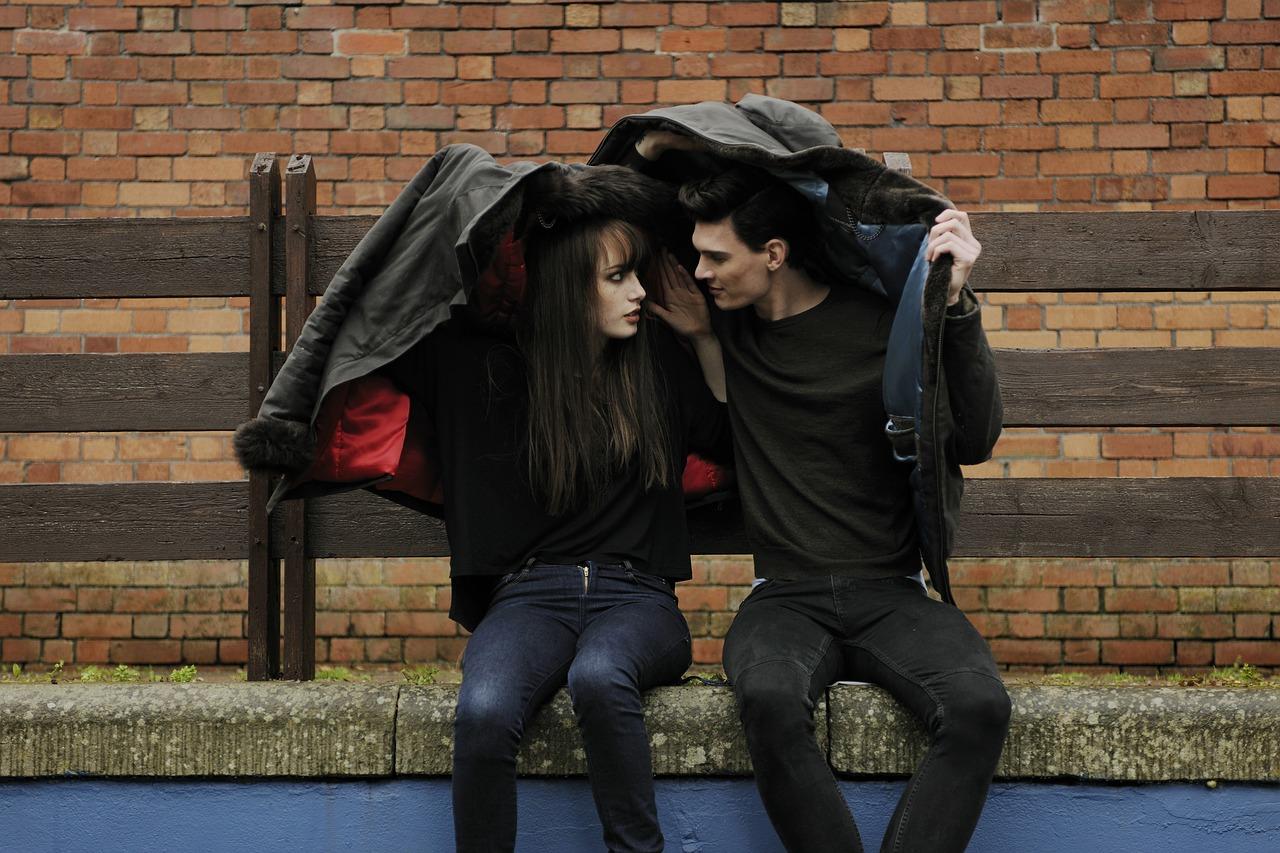 Во Владивостоке охранник торгового центра выгнал 16-летнего парня, который целовался с девушкой