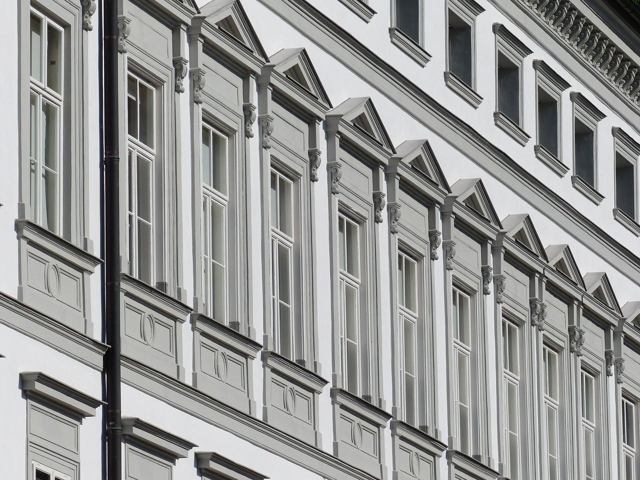 В самом центре Владивостока напротив здания мэрии штукатурка падает на головы прохожих