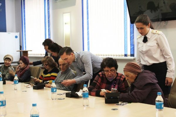 Пожилых приморцев научили не бояться смартфонов