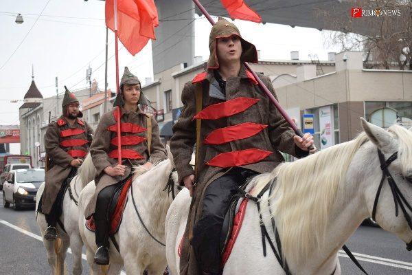 100 лет Великому Октябрю: во Владивостоке прошёл «красный марш»