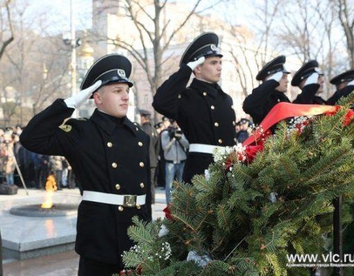 Во Владивостоке отметили 50-летие открытия памятника морякам торгового флота