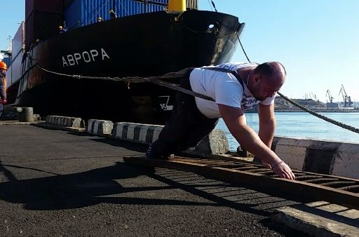 Приморский силач Иван Савкин протащил на себе сухогруз массой 5086 тонн