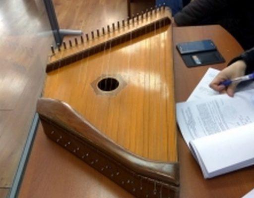 В Приморье судебные приставы, применив хитрость, поймали гусляра-алиментщика