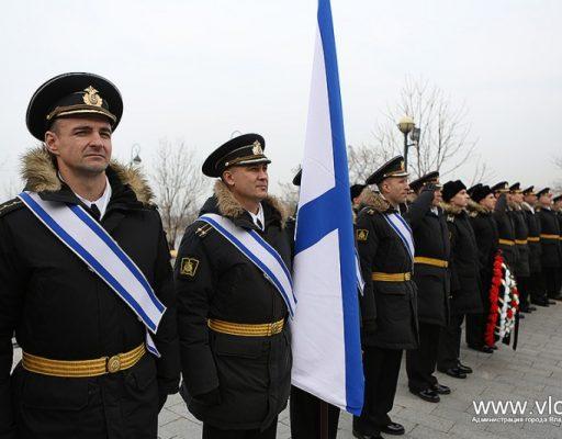 Во Владивостоке прошло торжественное возложение цветов к памятнику Степану Макарову