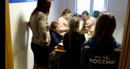 Пожарные во Владивостоке приютили школьников из Находки, которые застряли на обледенелой трассе