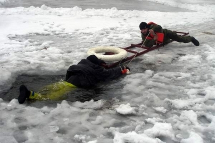 Десятки рыбаков-любителей уже вышли на неокрепший лёд в пригороде Владивостока