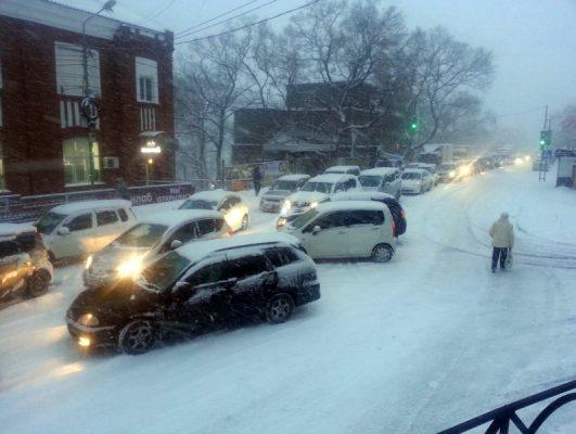 Перекрывали спуск на Шефнера и запрещали въезд в город грузовиков во время снегопада во Владивостоке