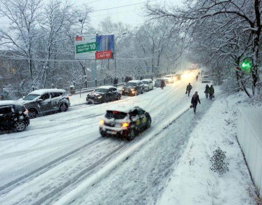 Во Владивостоке наградили пассажира автомобиля, который на полном ходу выскочил из него на обледенелую дорогу