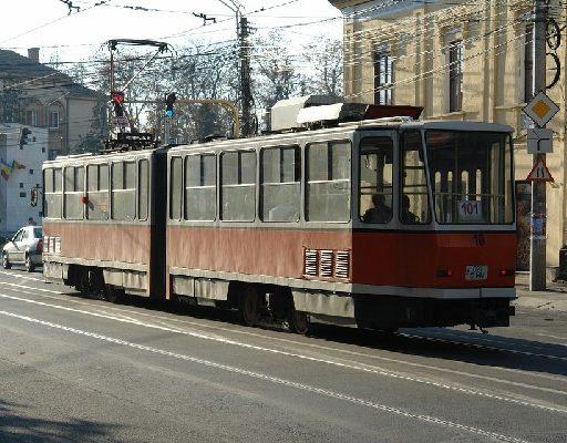 Мастер парковки: во Владивостоке припаркованный автомобиль заблокировал проезд трамвая