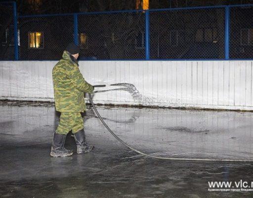 Во Владивостоке многие муниципальные катки и хоккейные коробки уже готовы принять горожан