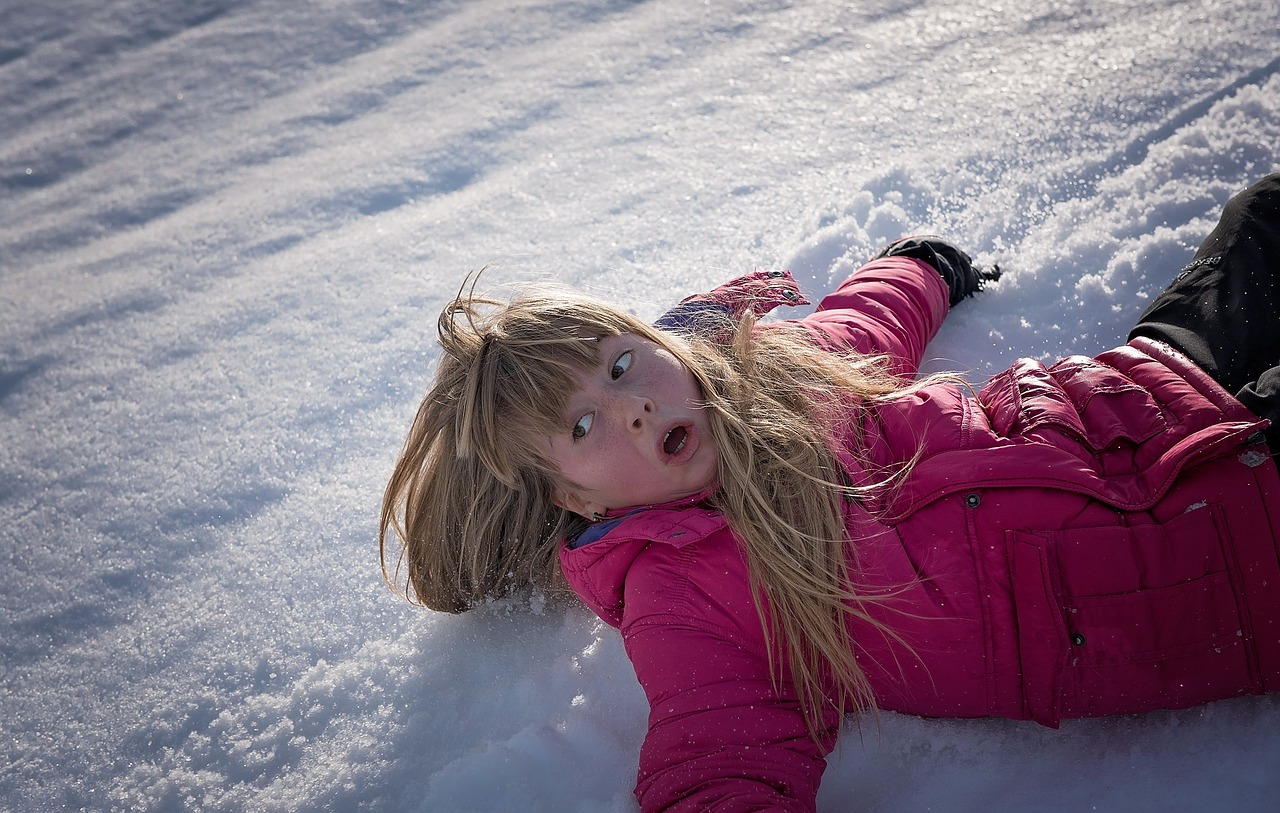 Очевидец: во Владивостоке мамы с детьми падают на обледенелой дороге в детсад на улице Полярной