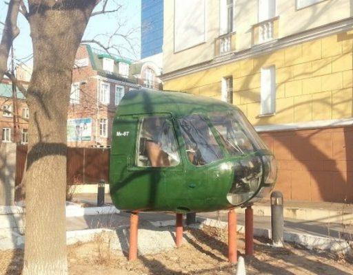 Кабина вертолёта Ми-8 «приземлилась» в самом центре Владивостока рядом с памятником собаке