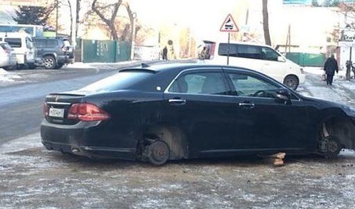 В Приморье машину «разули» прямо на оживлённой улице